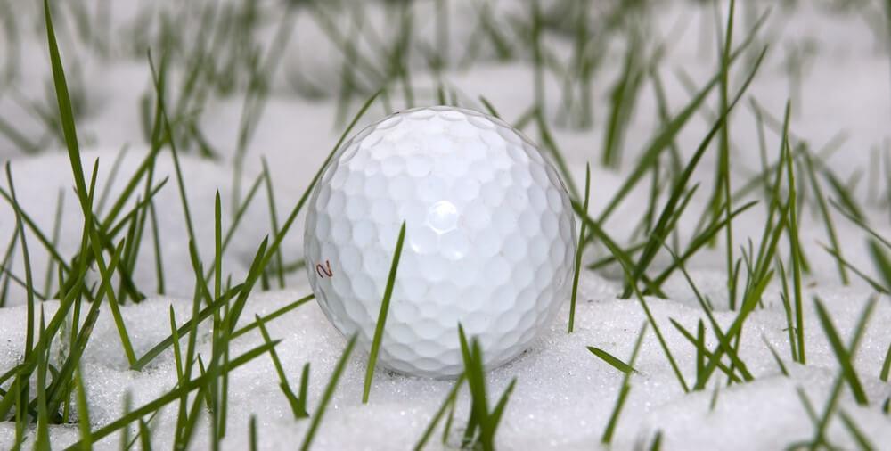 Golfball im Schnee