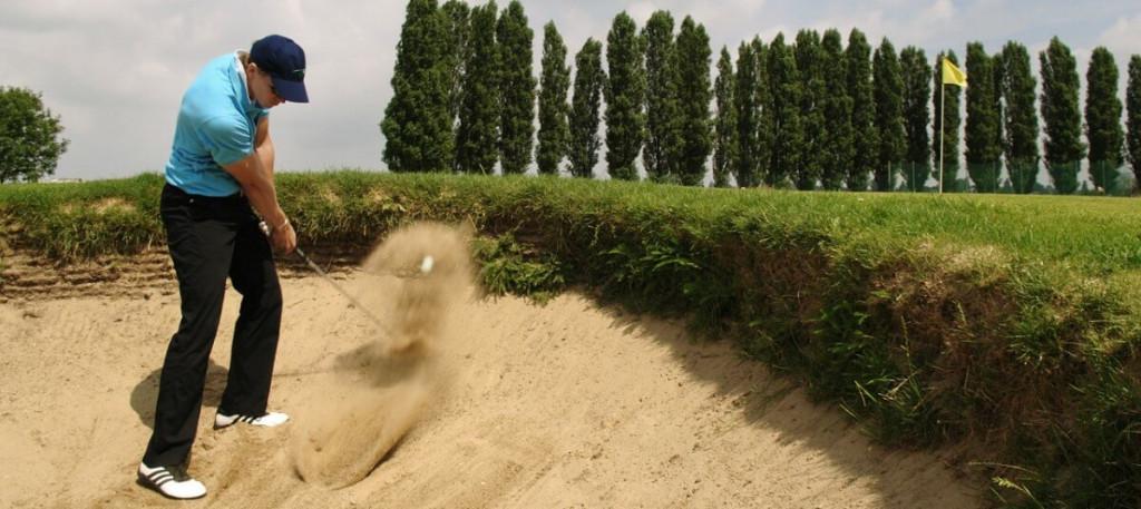 Mit dem Sand Wedge aus dem Bunker
